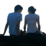 Foto eines Paares auf einer Mauer