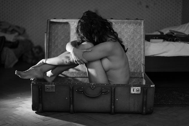 Foto einer Frau im Koffer