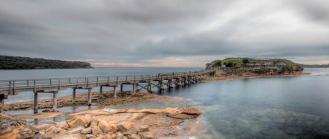 Eine Brücke führt zu einer Insel, Fotograf: Paul Carmona (Quelle: https://www.flickr.com/photos/paulcarmona/13621249325/)