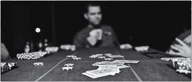 Freunde beim Pokerspiel