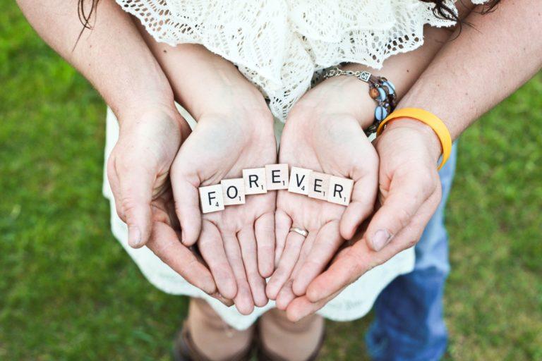 """Erwachsenen- und Kinderhände mit der Aufschrift """"Forever"""" (Quelle: Photo by Gabby Orcutt on Unsplash)"""