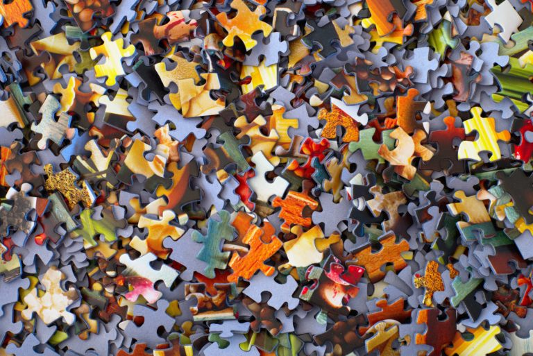 Puzzleteile auf einem Haufen (Photo by Hans-Peter Gauster on Unsplash)