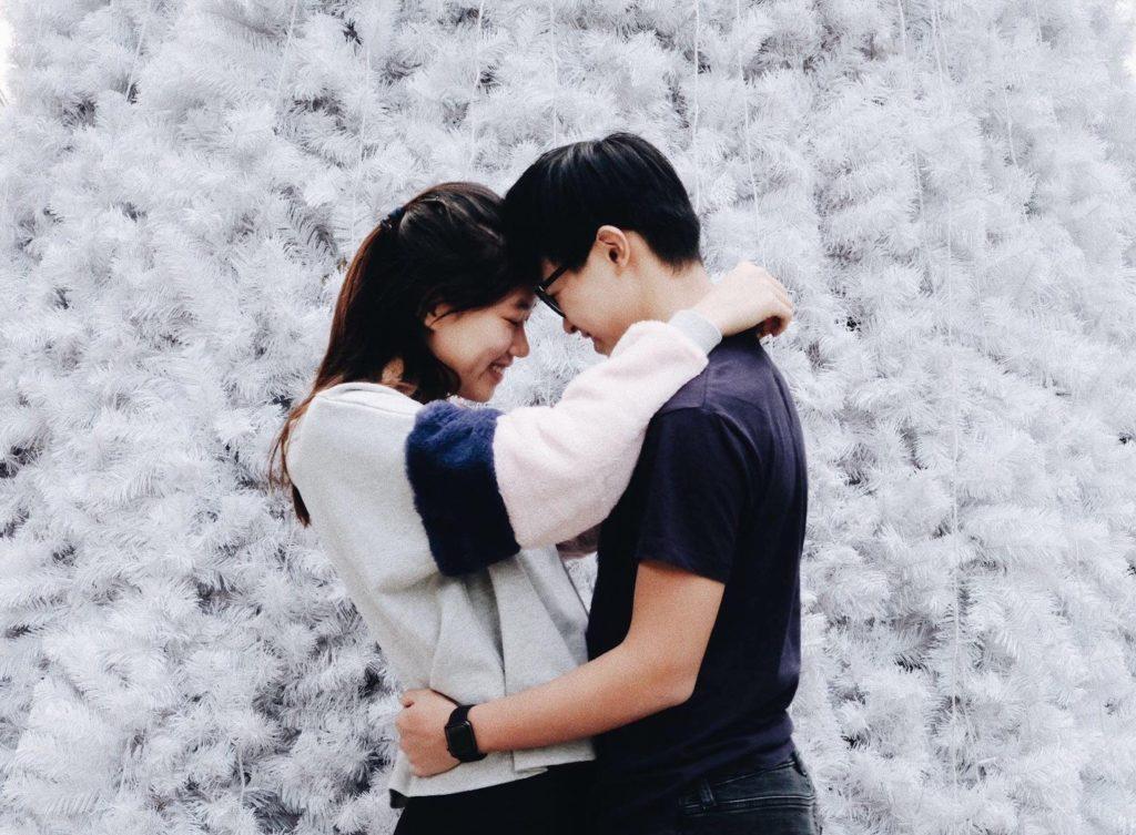 Eine Frau und ein Mann halten sich glücklich im Arm