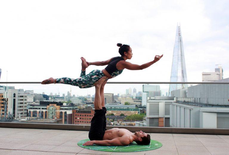 Paar in Yoga-Figur, bei der beide die Balance halten müssen (Photo by Form on Unsplash)