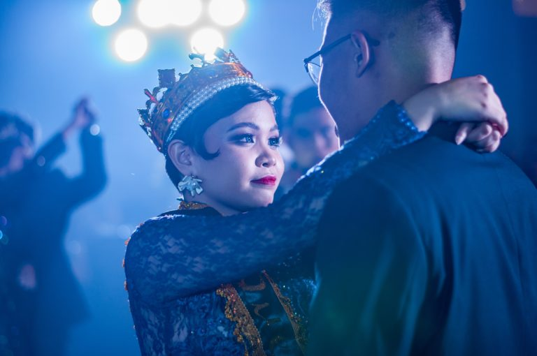 Frau und Mann tanzen eng zusammen (Photo by Lance Matthew Pahang on Unsplash)