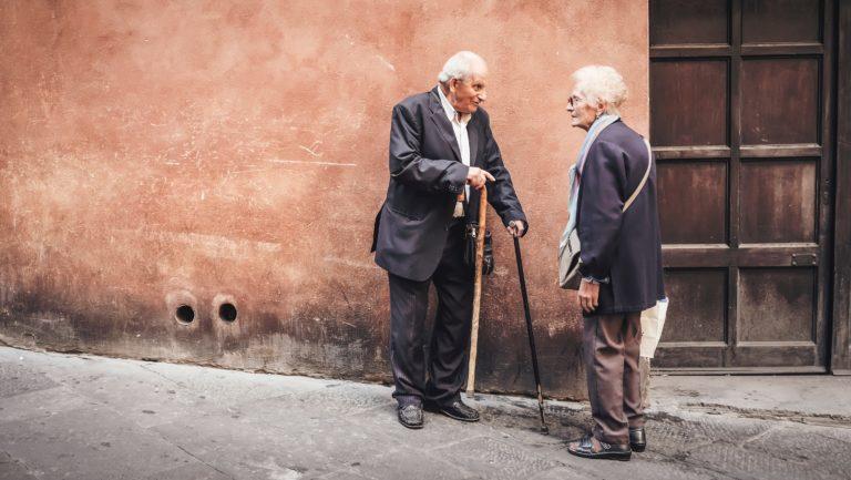 Zwei alte Menschen unterhalten sich auf der Straße (Photo by Cristina Gottardi on Unsplash)