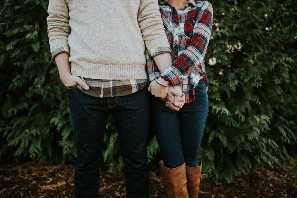 Mann und Frau halten sich an der Hand (Photo by Brooke Cagle on Unsplash)
